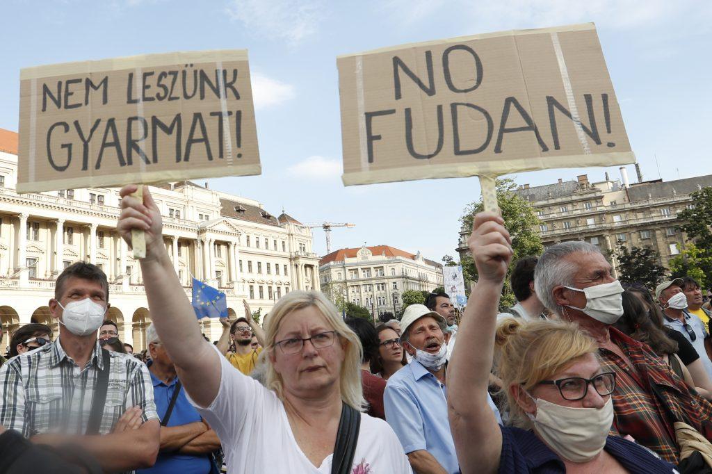 Čínska univerzita má v Budapešti stopku, dvere jej opatrne otvára Nórsko