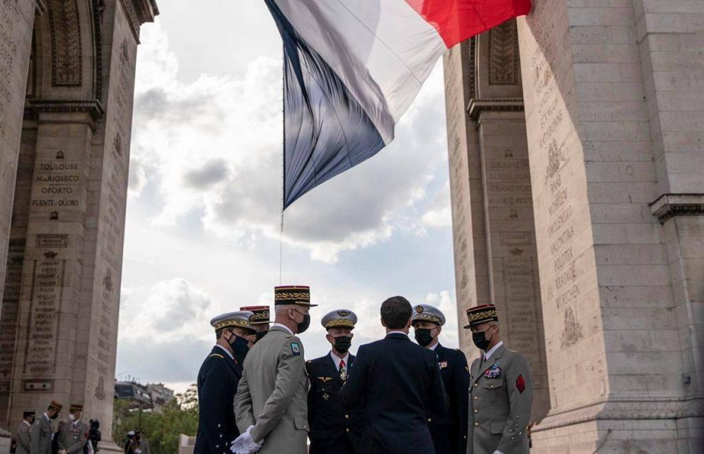 Macron kritizuje progresívnu politiku k menšinám. Vraj ohrozuje základy francúzskej spoločnosti