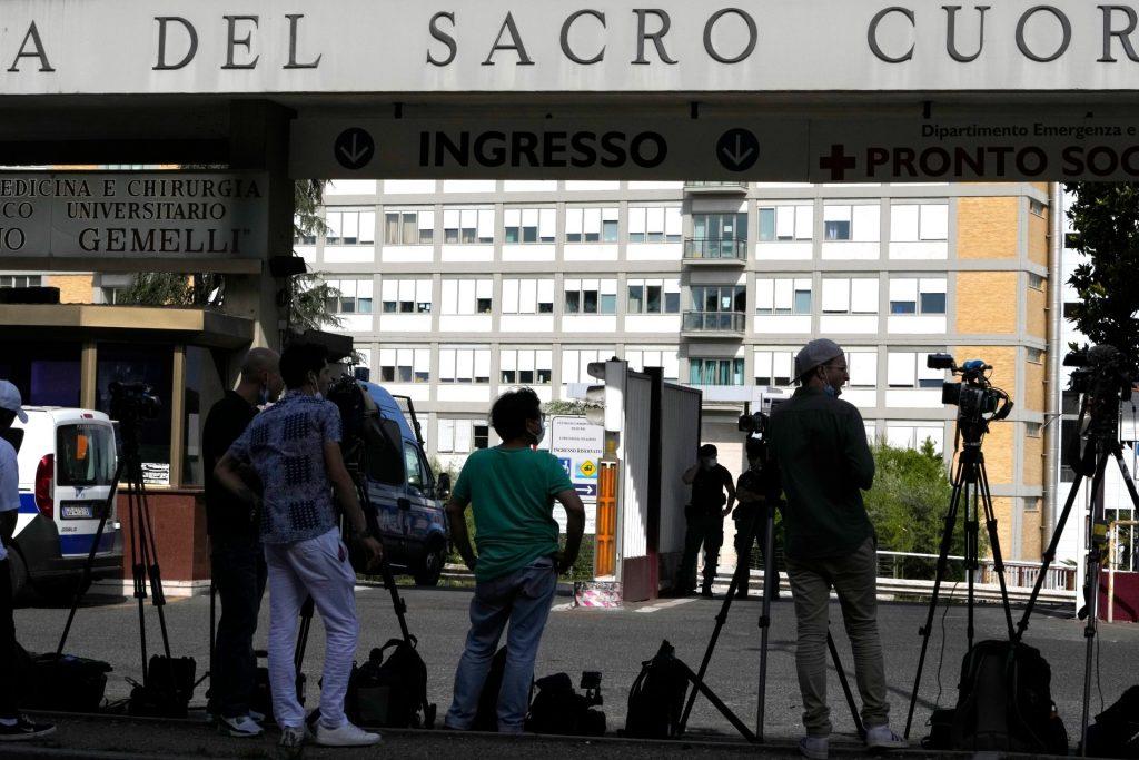 Pápežov pobyt v nemocnici spustil lavínu špekulácií. Septembrová cesta na Slovensko sa zatiaľ neodkladá
