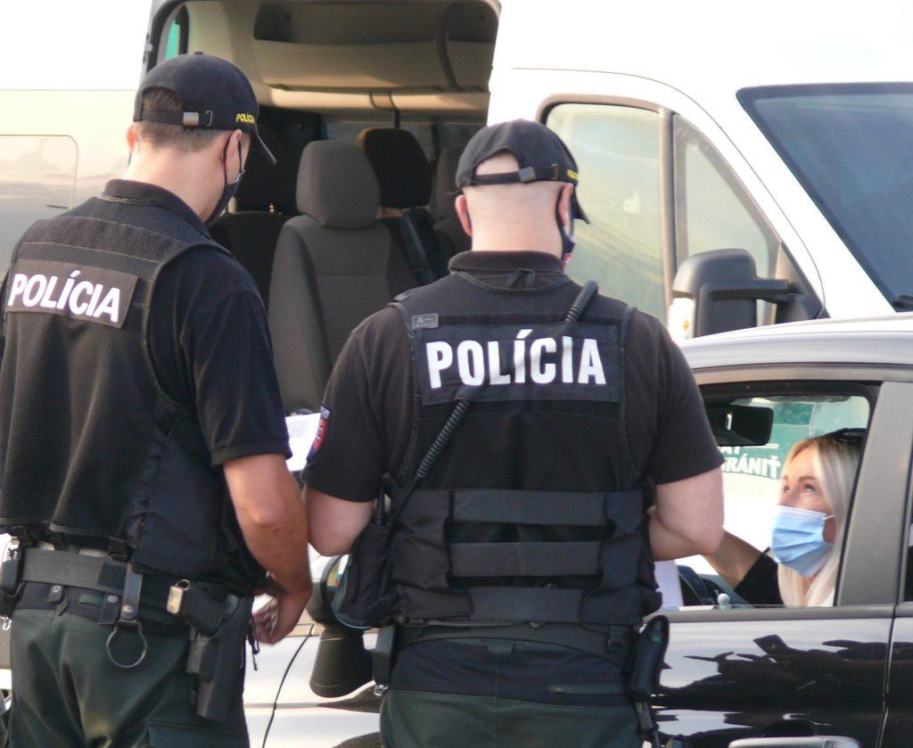 Po dvojici svedkov, ktorých obvinila inšpekcia, polícia vyhlásila pátranie