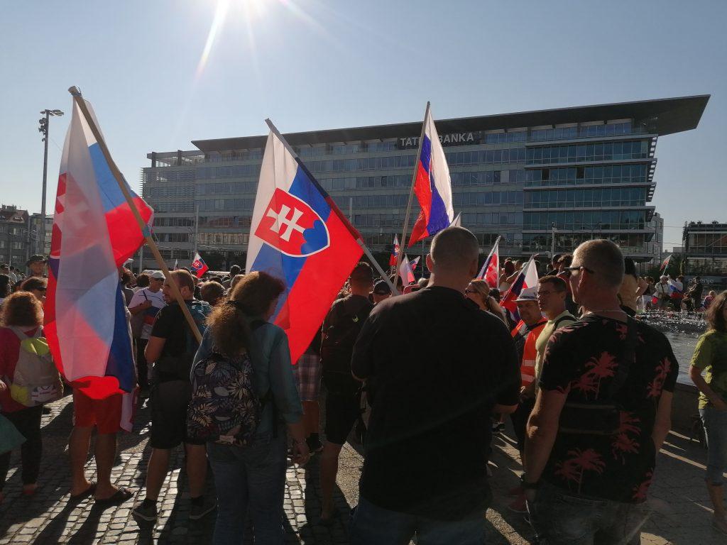 Demonštrácia v Bratislave pred Prezidentským palácom utíchla. Premiér: Situácia zo štvrtka sa nesmie opakovať