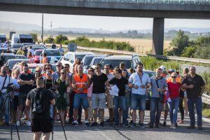 Viaceré hraničné priechody blokujú pendleri, na hraniciach sa tvorili kolóny