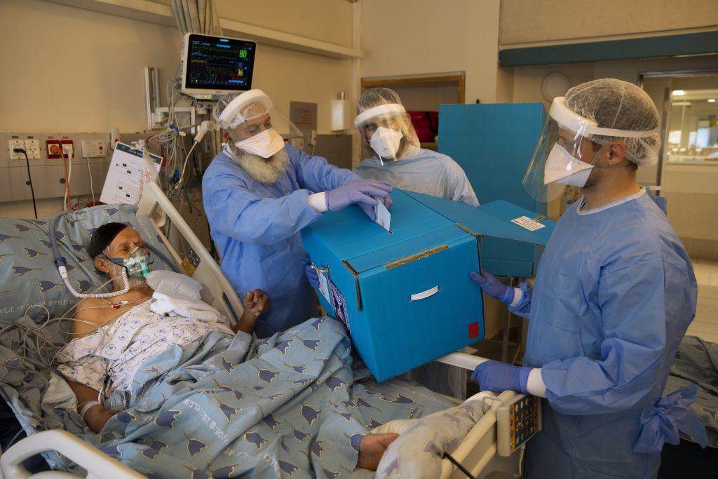 Väčšina zo 143 izraelských pacientov hospitalizovaných s covidom je plne zaočkovaná. Úmrtnosť zostáva nízka