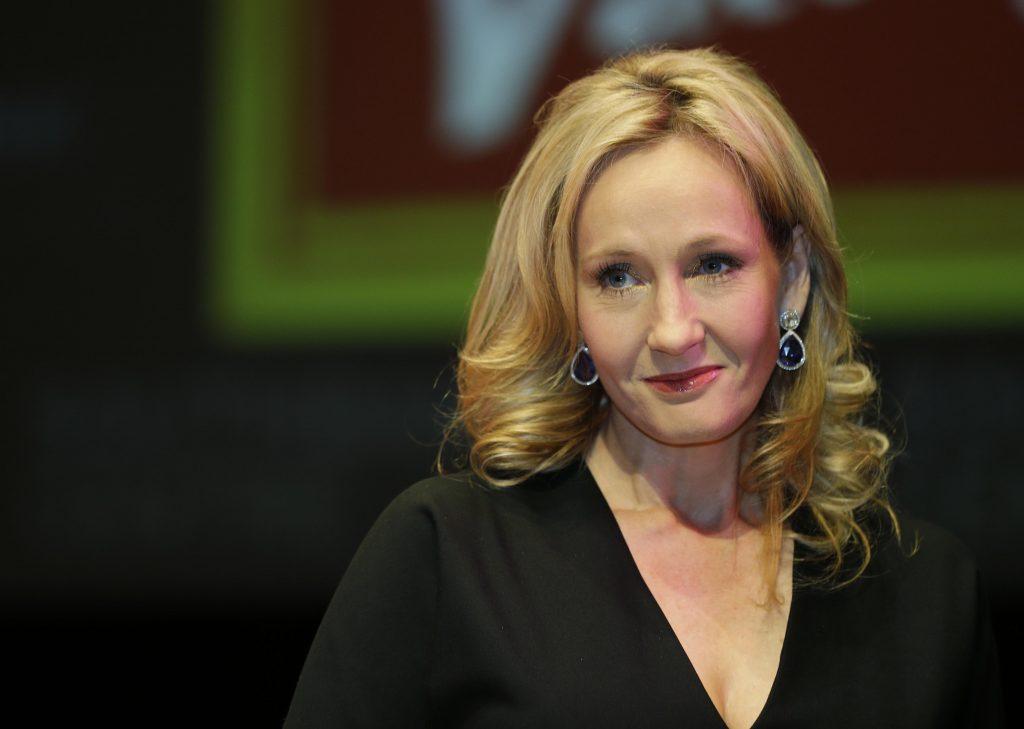 Rowlingová tvrdí, že sa jej vyhrážajú stovky trans aktivistov: Prajem vám peknú bombu v schránke