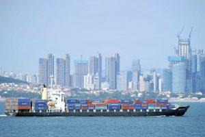 Ceny lodnej dopravy raketovo rastú, hrozí problém väčší ako po Sueze a na vine nie je iba pandémia