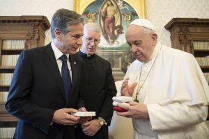 Týždeň vo Vatikáne: Návšteva amerického ministra, list Jamesovi Martinovi a odlišné odkazy pápeža do Ameriky a Talianska
