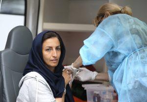 Arménsko zaplavujú Iránci. Na vakcínu, ktorú miestni nechcú, čakajú celú noc v stanoch