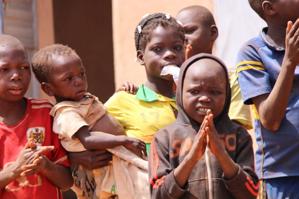 Džihádisti v Burkine Faso vraždia kresťanov aj moslimov. Kresťania sa však boja nútenej konverzie