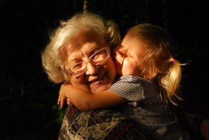 Viete, že dnešok patrí starým rodičom? Dvadsaťdva zaujímavých otázok pre váš najbližší rozhovor s nimi