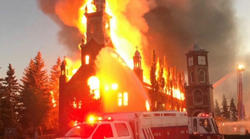 Horiace kostoly v Kanade: Aktivistka vyzýva, aby spálili všetky. Podľa poradcu premiéra je to pochopiteľné