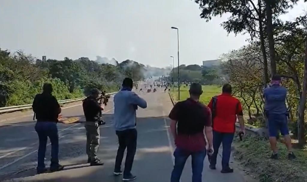 Video: Dúhový národ v plameňoch. Zuluovia sa zameriavajú na belochov či Indov, opisuje pre Štandard Juhoafričan