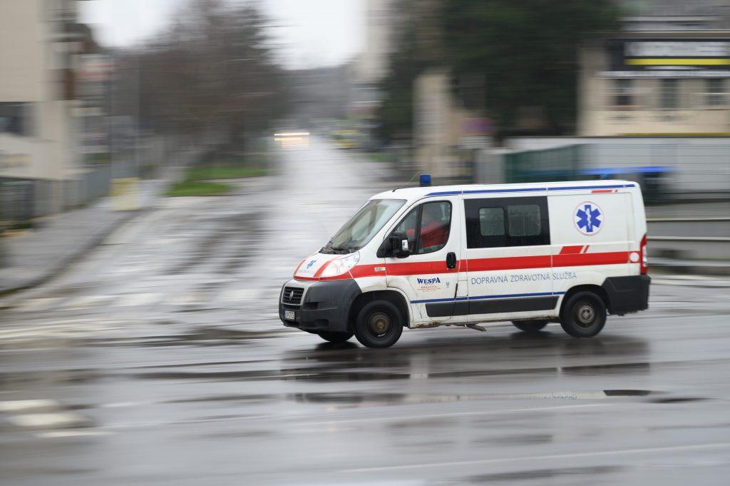 Úmrtnosť na covid sa na Slovensku prepadla. Klesá aj mesačný počet úmrtí