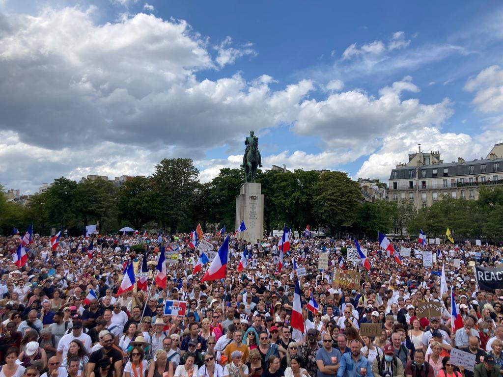 Krajná ľavica, žlté vesty či tradicionalistickí katolíci. Čo spája francúzskych demonštrantov proti Macronovi?