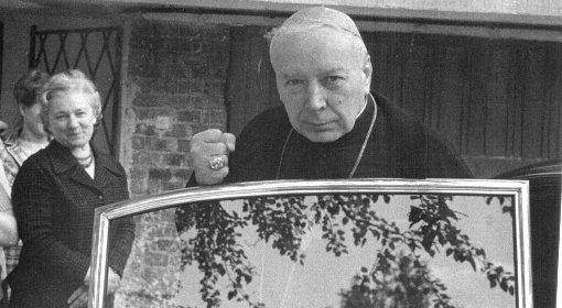Kardinál, ktorému pobozkal prsteň pápež