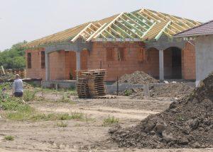Stavebné drevo zdraželo na trojnásobok. Pre rast cien stavebnín sa stavby predražujú a naťahujú