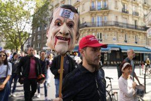Na protestujúcich vo Francúzsku vytiahli vodné delo. Búrili sa aj Nemci a Izraelčania