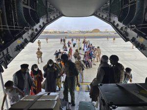 Peripetie pri evakuácii: Západné krajiny si z Kábulu vozia aj radikálov