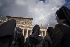Biskup proti biskupovi. Prečo povinné očkovanie rozdeľuje katolíkov