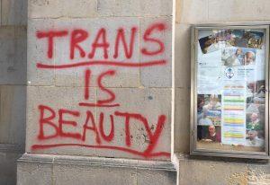 Bratislavský kostol posprejovali anglickými nápismi Trans je krása a Teplá sila