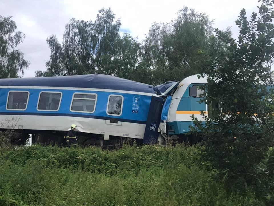 Zrážka dvoch vlakov v Česku si vyžiadala najmenej tri obete a desiatky zranených