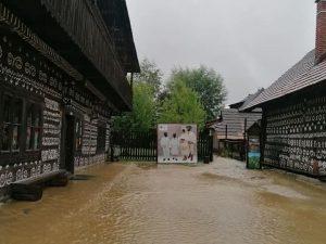 Ikonické Čičmany pod vodou. Prívalové dažde ohrozili symbol kultúrneho dedičstva