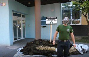 Pred Mikasov úrad niekto vysypal hnoj. K činu sa prihlásili kotlebovci
