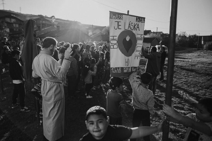Kňaz z rómskej misie: Viac ich priťahujú protestantské zbory ako katolícke obrady