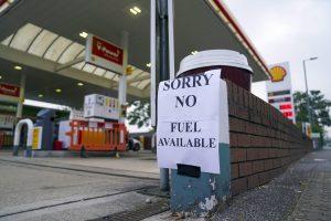 Britom dochádza už aj benzín. Najmenej polovica čerpacích staníc nemá zásoby. V hre je nasadenie armády