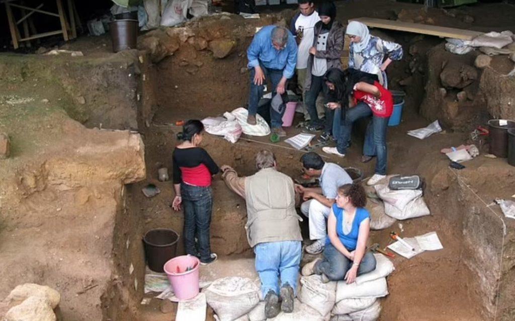 Šaty robili človeka už pred vyše 120-tisíc rokmi, vedci našli dôkazy