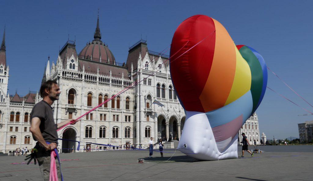 Europarlament odporučil plošné uznanie LGBT partnerstiev a rodičovstva v celej EÚ
