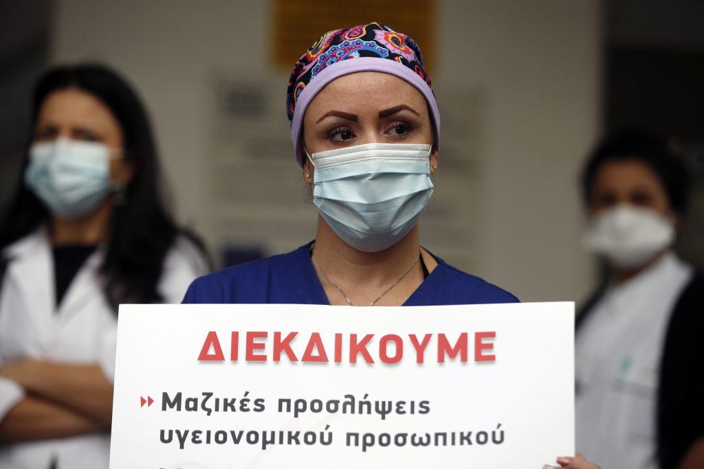 Nechcete sa očkovať? Prinútime vás, odkazujú vo svete niektoré vlády, hlavne zdravotníkom