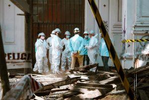 Mladí v Čile pomáhajú pri oprave kostola zničeného vandalmi. Ich odhodlanie dojalo aj pápeža