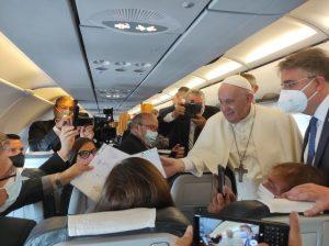 Pápežova návšteva bola úspechom pre Františka i Slovensko, zhoduje sa väčšina novinárov z pápežského lietadla