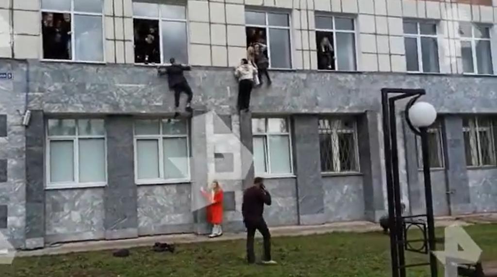 Streľba na ruskej univerzite: Na mieste sú mŕtvi, študenti skákali z okien budovy