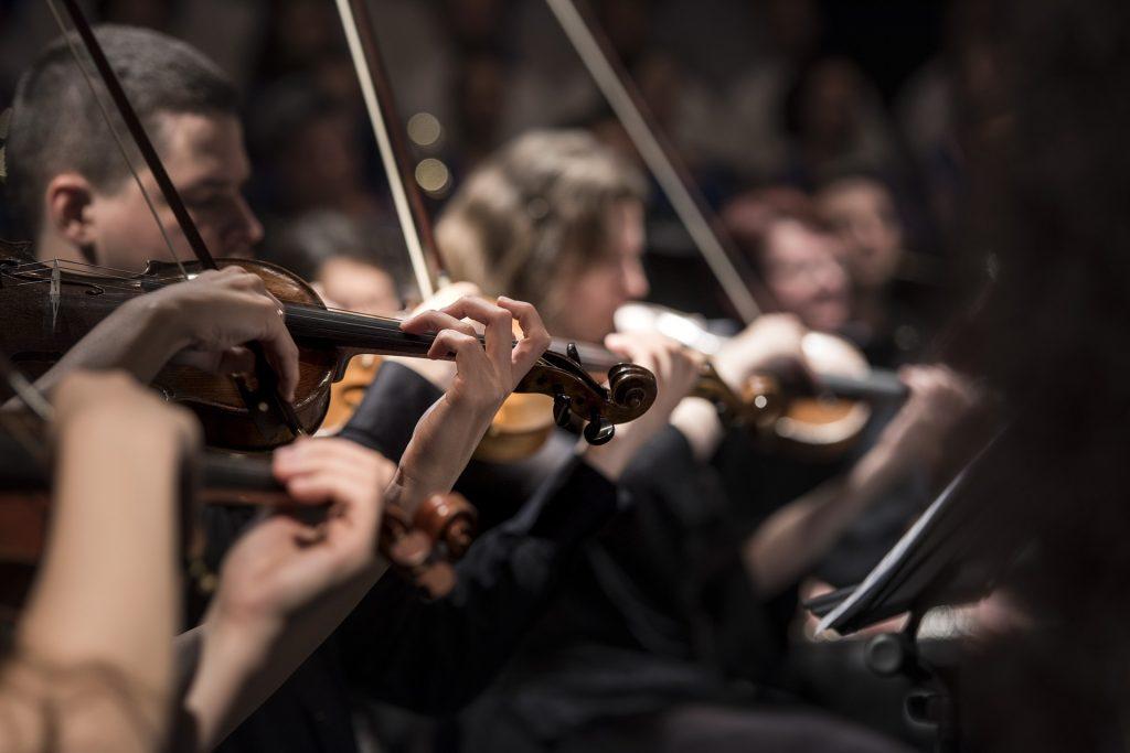Anglická cestujúca opera vyradila približne polovicu orchestra, bolo tam priveľa belochov