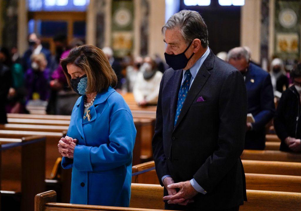 Kritizuje ju jej biskup a podporuje pápež. Môže chodiť Nancy Pelosiová na prijímanie?