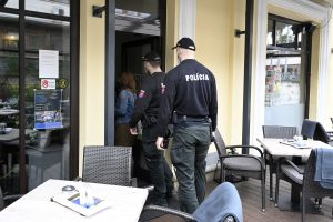 Od dnes máme 10 čiernych okresov: V reštaurácii sa nenajete, vnútri je nutný respirátor