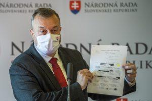 Krajniak o škandále s miliónmi eur pre schránkové firmy: Podozrivé sú štyri osoby. Ide o chrapúnsky podvod