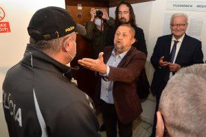Harabin na súde s Rostasom rúško odmietol. Policajtov chcel vyzliecť z uniforiem