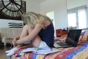 Štúdia: Pandémia zvýšila nárast depresií a úzkostných porúch. Postihujú viac ženy a mladých ľudí