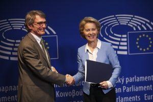 Europarlament sa vyhráža Komisii. Ak nezakročíte proti Poľsku a Maďarsku, zažalujeme vás