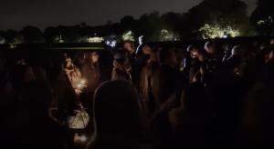 V Británii si pamiatku zavraždeného poslanca uctili stovky ľudí so sviecami