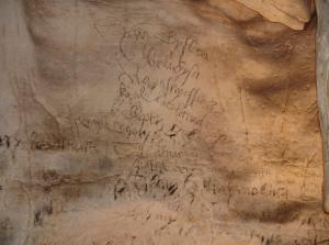 Tajomné nápisy na slovenských skalách. Aké odkazy nám zanechali ľudia z minulosti
