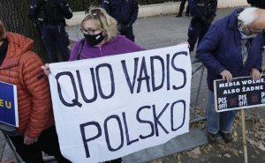 Poľsko odmietlo nadradenosť legislatívy EÚ nad ústavou, francúzska opozícia mu tlieska