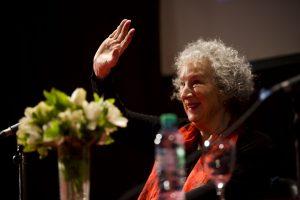 Nemôžeme už hovoriť žena? Spýtala sa feministická autorka Príbehu služobníčky. Teraz ju obviňujú ztransfóbie